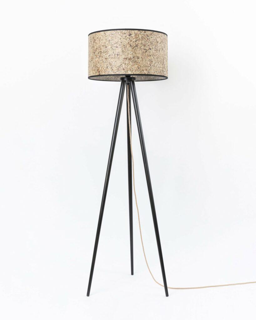 0000 Stehleuchte Heu zylindrisch Dreibein Holz 485cm DM von unten LIEB & KÜHN Wir l(i)eben Nachhaltigkeit!