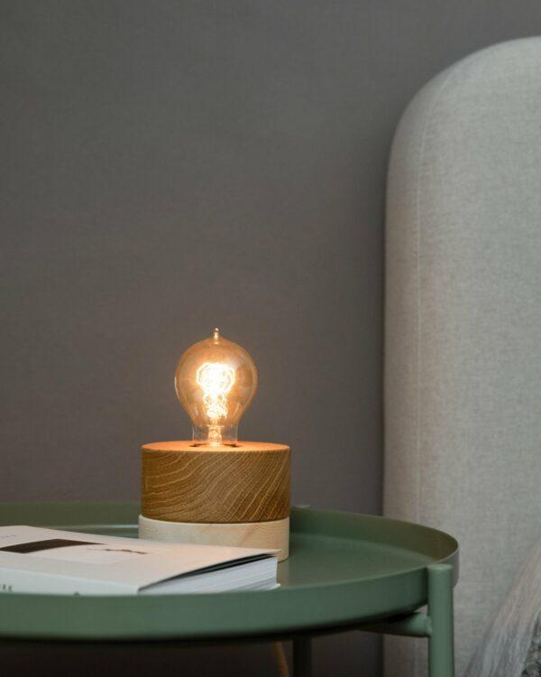 0239 Tischleuchte Eiche Zirbe Wohnsituation 1 LIEB & KÜHN Tischlampe 0239 Holz Kombo