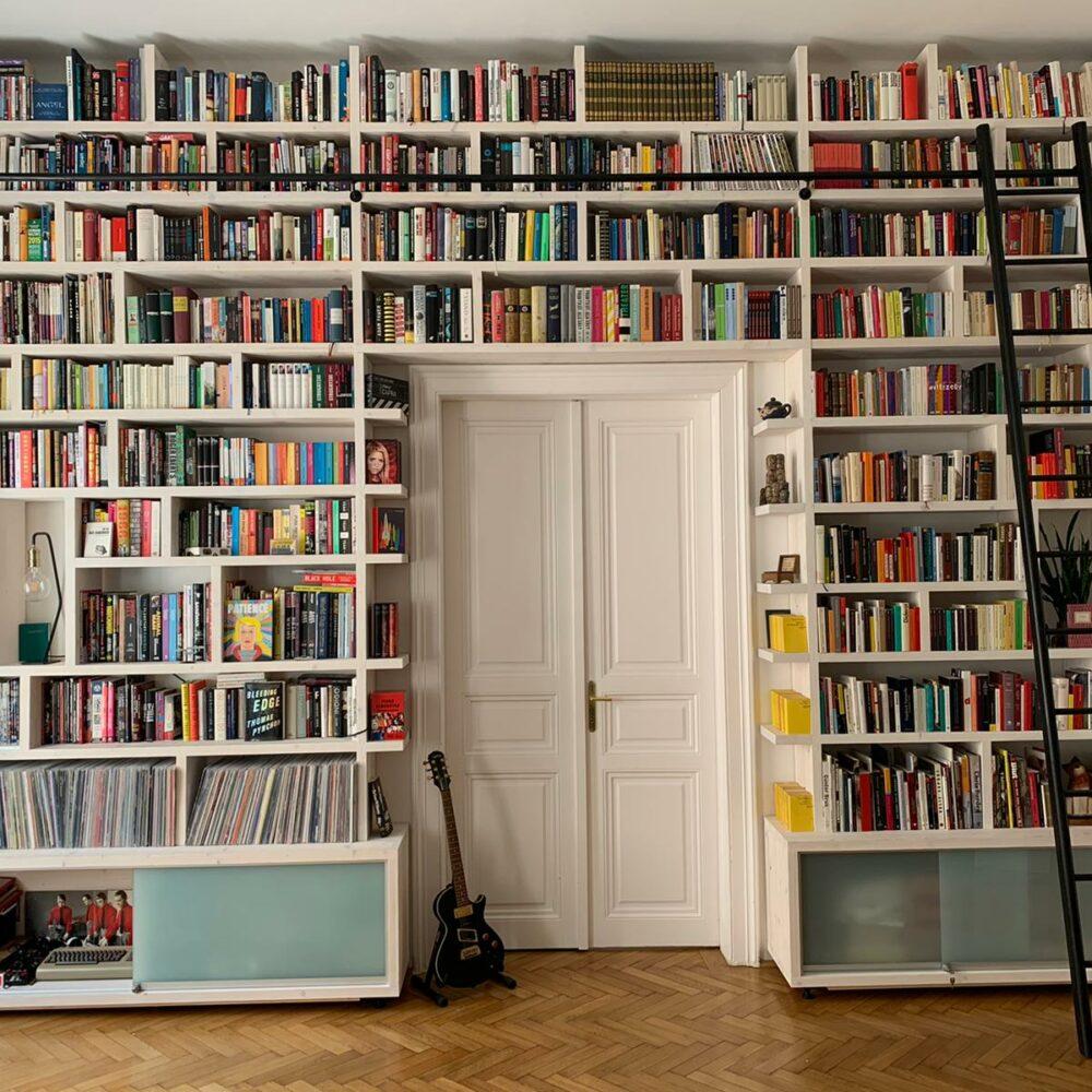 Bücherwand1